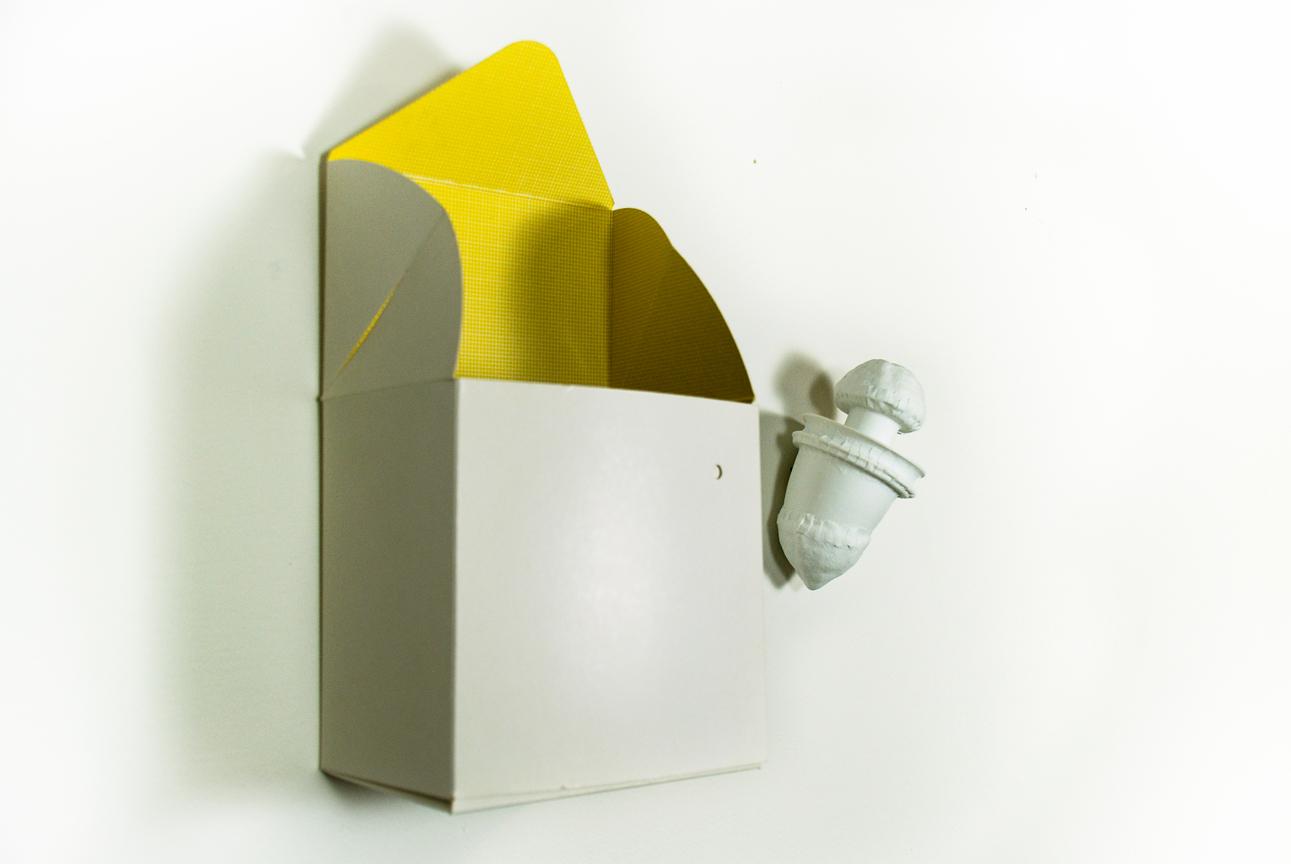 Porcelain, silkscreenpaint on cardboard and on wall. 70 x 70 x 15 cm